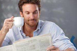 Keffeetrinker mit Zeitung am Morgen