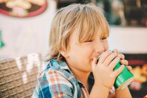 Übergewicht: Gesüßte Getränke bei Kindern vermeiden